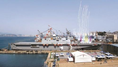 昨年5月に進水した大型輸送艦2番艦「馬羅島(マラド)」(LPH- 6112)。韓国型空母は「馬羅島」よりもさらに大きくしてステルス戦闘機「F- 35B」を搭載する予定だ。[中央フォト]