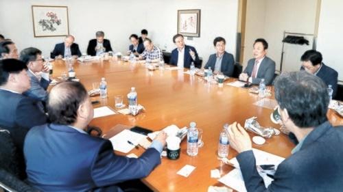 14日、韓日関係の解決法を模索する「日韓ビジョンフォーラム」に参加した各界の専門家が議論を行っている。チェ・スンシク記者