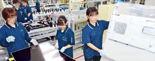 京畿道坡州にあるLGディスプレイのモジュール工場で職員がLCDパネルを組み立てている。韓経DB