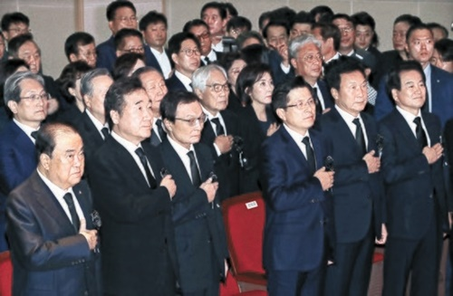 金大中元大統領の逝去10周忌追悼式が18日午前、国立ソウル顕忠院で開かれた。この日の追悼式で文喜相国会議長、李洛淵首相、李海チャン共に民主党代表、黄教安自由韓国党代表、孫鶴圭正しい未来党代表、鄭東泳民主平和党代表(前列左から)と出席者が国民儀礼をしている。