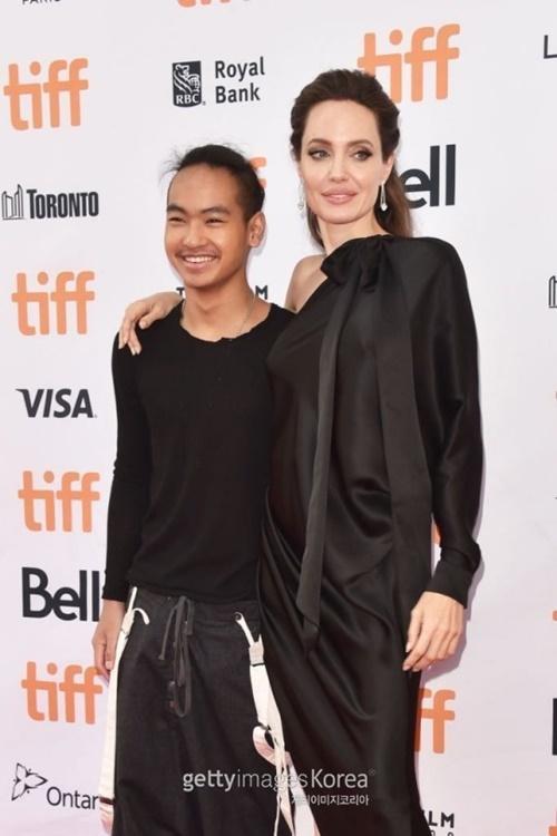 女優アンジェリーナ・ジョリー(右)とマドックス君(左)