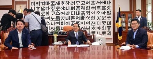 文喜相国会議長と与野党交渉団体院内代表が12日、国会議長室で人事聴聞会日程などについて議論するために会合を開いている。この日、羅卿ウォン(ナ・ギョンウォン)自由韓国党院内代表は休暇により参加しなかった。左側から李仁榮(イ・インヨン)共に民主党院内代表、文議長、呉晨煥(オ・シンファン)正しい未来党院内代表。キム・ギョンロク記者