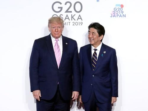 トランプ米大統領(左)が28日午前、インテックス大阪で開催されたG20首脳会議公式歓迎式で議長国の安倍晋三首相とあいさつしている。[青瓦台写真記者団]