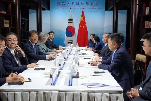 韓日中3国外相会議出席のため中国を訪問した康京和外交部長官など韓国代表団が20日、北京近郊の古北水鎮で王毅・中国国務委員兼外交部長と韓中外相会談を行っている。[写真 北京共同取材団]
