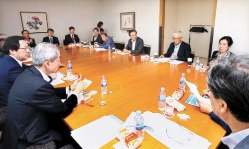 19日に開催された「韓日ビジョンフォーラム」で各界専門家が討論している。左から安豪栄(アン・ホヨン)元駐米大使、パク・ヨンジュン国防大教授、権泰煥(クォン・テファン)韓国国防外交協会長、柳明桓(ユ・ミョンファン)元外交部長官、魏聖洛(ウィ・ソンラク)元駐ロシア大使、洪錫ヒョン(ホン・ソクヒョン)韓半島平和構築理事長、申ガク秀(シン・ガクス)元駐日大使、チョ・グァンジャ・ソウル大教授。