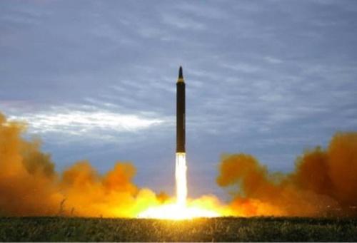 北朝鮮が今年5月4日に江原道元山の虎島(ホド)半島一帯から発射した短距離ミサイル。
