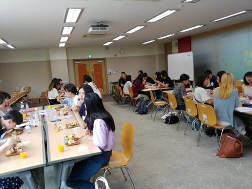 20日午前、ソウル大学国際大学院の建物で津田塾大学の学生とソウル大学の学生が議論しながら昼食を取っている。クォン・ユジン記者