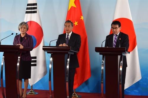 第9回韓中日外相会議が21日に中国・北京で開催された後に3カ国の外相が並んで記者会見をしている。左から韓国の康京和長官、中国の王毅外相、日本の河野太郎外相。[写真 北京共同取材団]