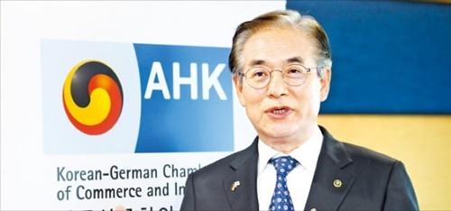 金孝俊(キム・ヒョジュン)韓独商工会議所会長がソウル龍山区にある商工会議所の事務室で両国企業間の相互協力の重要性について説明している。 キム・ウング記者