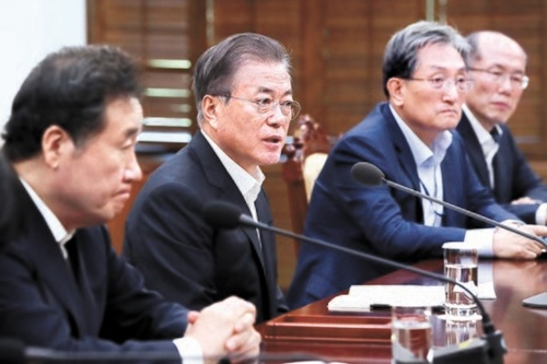 韓国の文在寅(ムン・ジェイン)大統領が22日、青瓦台で韓日軍事情報包括保護協定(GSOMIA)関連のNSC常任委結果の報告を受けている。韓国政府はこの日、GSOMIAを延長しないことを決めた。左側から李洛淵(イ・ナギョン)首相、文大統領、盧英敏(ノ・ヨンミン)秘書室長、金有根(キム・ユグン)国家安保第1次長。[写真 青瓦台]