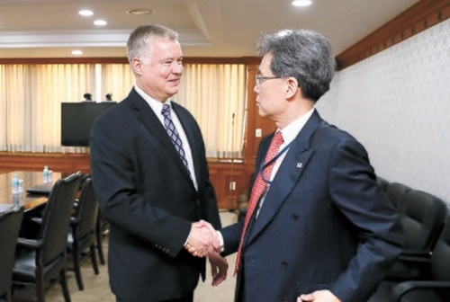 韓国青瓦台国家安保室の金鉉宗(キム・ヒョンジョン)第2次長(右)が22日、政府ソウル庁舎でスティーブン・ビーガン米国務省北朝鮮特別代表と会談した。会談に先立ち、金次長とビーガン代表が握手をしている。[写真 青瓦台]