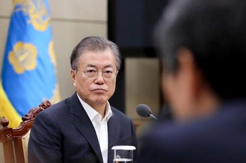 文在寅(ムン・ジェイン)大統領が22日午後、青瓦台で韓日GSOMIA関連の国家安全保障会議(NSC)常任委会議内容について報告を受けている。[青瓦台写真記者団]