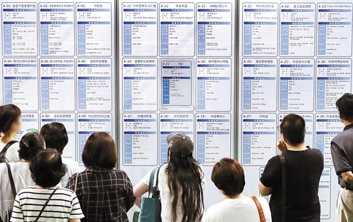 求職者が就職情報を見ている。[中央フォト]