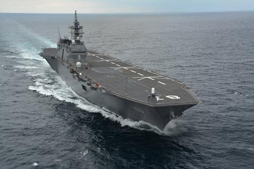 海上自衛隊のヘリコプター搭載母艦「いずも」。少し改造すればステルス戦闘機F-35Bを運用する軽空母として使用できる。[写真 ウィキペディア]