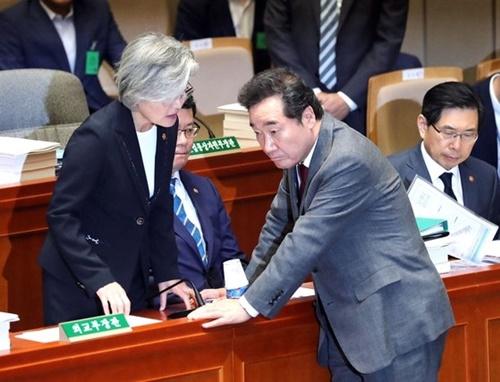 李洛淵(イ・ナギョン)首相が26日午前、ソウル汝矣島(ヨイド)国会予算決算特別委員会全体会議に出席し、康京和(カン・ギョンファ)外交部長官(左)と話している。真ん中は金錬鉄(キム・ヨンチョル)統一部長官。 キム・ギョンロク記者