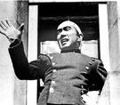 三島由紀夫が1970年に割腹自殺する前、自衛隊総監部庁舎で自衛隊員に再武装を促す演説をしている。[中央フォト]