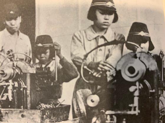 14歳未満の児童も強制動員の対象になった。彼らはサトウキビ農場、飛行場、軍需工場などで働いた。日帝侵略の象徴であるゼロ戦の製造工場に動員された学徒労働隊の朝鮮人少女の姿。飛行機部品を削って組み立てる仕事をした。[写真 チョン・ヘギョン]