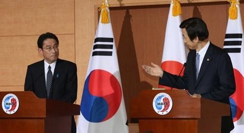 2015年12月、尹炳世(ユン・ビョンセ)外交部長官(右)とソウル外交部庁舎で韓日慰安婦合意を発表した当時の岸田文雄外相。[中央フォト]