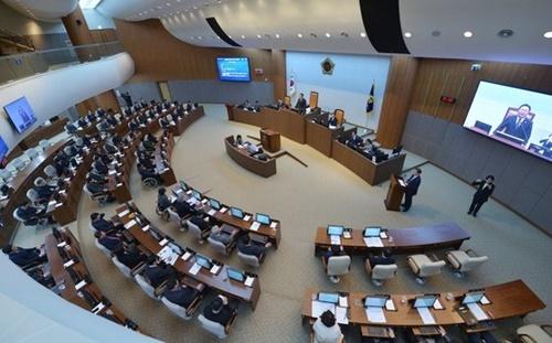 忠南道議会本会議場で議員らが親日象徴物の公共場所での使用を制限する条例案を審議している。[写真 忠南道議会]