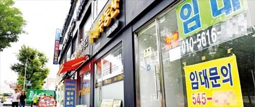 8月の消費者物価が史上初めてマイナスとなり、デフレ懸念が強まっている。3日、ソウル狎鴎亭洞(アプクジョンドン)一帯のビルでは「賃貸」という文字が目立つ。 ホ・ムンチャン記者