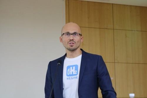 H2モビリティーのニコラス・イワン代表は昨年2月、国会で開かれた国際水素エネルギー産業フォーラムに出席し、ドイツの官民合同特殊目的法人(SPC)モデルについて説明した。[資料 水素融合アライアンス推進団]