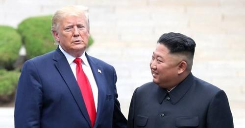 ドナルド・トランプ米国大統領が6月30日、板門店(パンムンジョム)共同警備区域(JSA)軍事境界線で金正恩・北朝鮮国務委員長と会っている。[写真 青瓦台写真記者団]