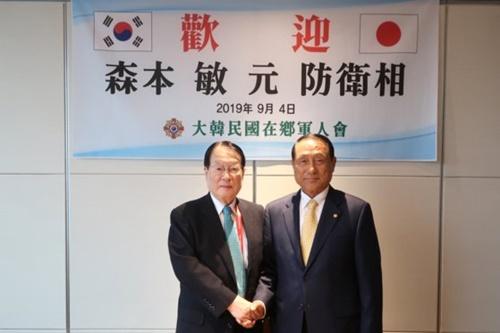 金辰浩郷軍会長(右)と森本元防衛相が4日夕方、ロッテホテルで懇談会を行った。[写真 大韓民国在郷軍人会]