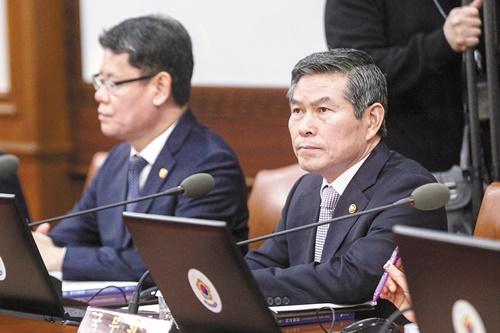 鄭景斗(チョン・ギョンドゥ)国防部長官(左)とロバート・エイブラムス韓米連合司令官兼在韓米軍司令官が5日「ソウル安保対話(SSD)」の開幕式で対話している。今年8回目であるソウル安保対話に在韓米軍司令官が参加したのは今回が初めてだ。[チャン・ジニョン記者]