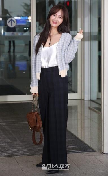 6日午前、仁川国際空港を通じて海外日程のために出国する少女時代のユリ