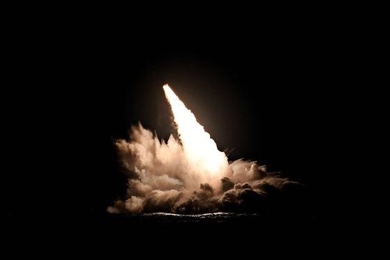 米海軍が4日にカリフォルニア南部海岸で発射したSLBM[写真 米海軍]