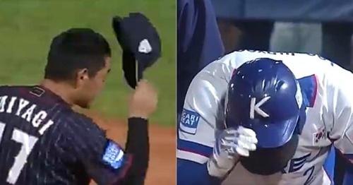 6日に行われたWBSC U-18ワールドカップのスーパーラウンド韓国-日本戦で、韓国のイ・ジュヒョンのヘルメットに死球を当てた宮城大弥(左)が頭を下げて謝ると、イ・ジュヒョンも頭を下げて応じた。[世界野球ソフトボール連盟公式ツイッター キャプチャー]
