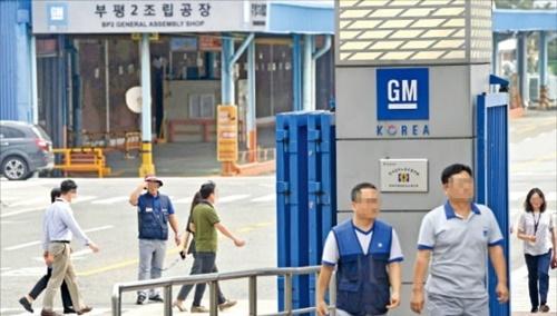 韓国GM労働組合が全面ストに入った9日、組合員が仁川富平工場の西門から入っている。 キム・ボムジュン記者