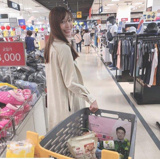 韓国旅行中、スーパーで買い物をしている日本タレントの大島麻衣[写真 インスタグラム]