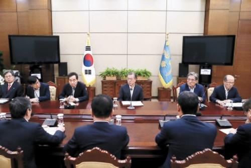 文在寅大統領が先月22日午後、青瓦台で韓日軍事情報包括保護協定(GSOMIA)と関連し国家安全保障会議(NSC)常任委員会の会議内容の報告を受けている。この会議でGSOMIA再延長中断決定が下された。韓日両国がGSOMIA終了期間である11月22日までに妥協点を見つけ再延長の火種を生かすべきとの指摘が出ている。[青瓦台写真記者団]
