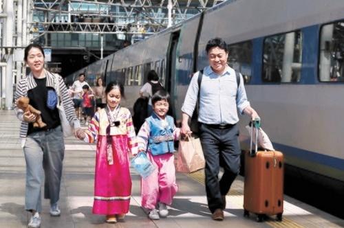 秋夕(チュソク、中秋)連休を控えた11日午前、韓服を着た帰省客がソウル駅で高速鉄道KTXに乗るため移動している。