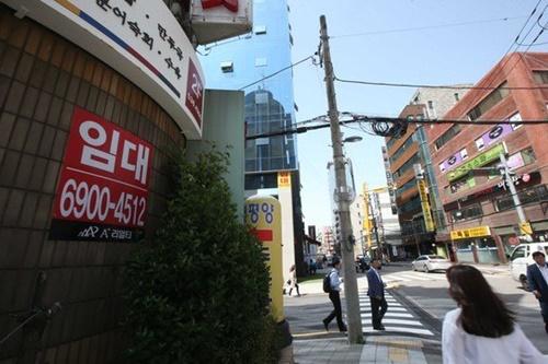 不況の余波でソウル江南(カンナム)でも空き店舗が目立つ。[中央フォト]