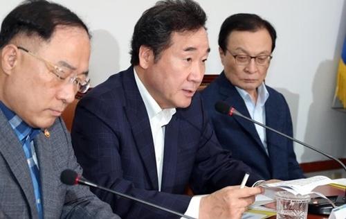 共に民主党、政府、青瓦台関係者が4日午後、国会で協議会を開き、日本のホワイト国(戦略物資輸出審査優待国リスト)除外案を議論した。李洛淵首相が冒頭発言をしている。左から洪楠基(ホン・ナムギ)経済副首相兼企画財政部長官、李首相、李海チャン(イ・ヘチャン)代表。 ビョン・ソング記者