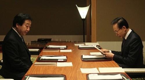 2011年に野田佳彦首相(左)と会った李明博(イ・ミョンバク)大統領 [中央フォト]