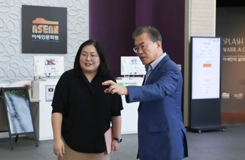 文在寅大統領が今月14日、韓・ASEAN特別首脳会議(11月25~26日)と韓・メコン首脳会議(11月27日)が開かれる釜山ASEAN文化院を訪れて関係者から説明を聞いている。[写真 青瓦台写真記者団]