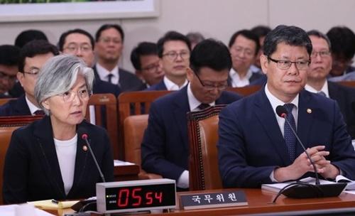 韓国の康京和外交部長官が16日に国会で開かれた外交統一委員会に出席して発言している。右側は金錬鐵(キム・ヨンチョル)統一統一部長官。オ・ジョンテク記者
