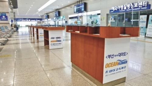 対馬行きの船便が減って閑散としている釜山港国際旅客ターミナル。ソン・ポングン記者