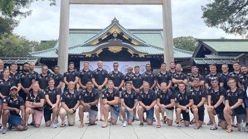 靖国神社を訪問後、写真を撮ってツイッターに投稿した英軍ラグビーチーム[ツイッター キャプチャー]