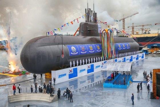 昨年9月14日に慶尚南道巨済市の大宇造船海洋で開かれた潜水艦「島山安昌浩」の進水式。3000トン級の「島山安昌浩」さらに大きくし原子力炉を搭載した原子力潜水艦の建造が推進中だ。[写真 青瓦台写真記者団]