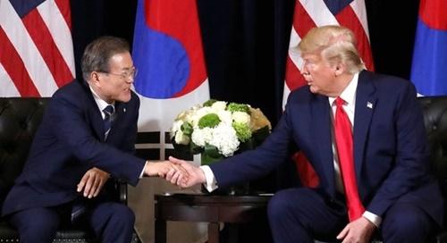 国連総会出席のため米国を訪問中の韓国の文在寅大統領(左)が23日午後(現地時間)、ニューヨークのインターコンチネンタルバークレーホテルで米国のトランプ大統領との首脳会談を行った。文大統領が冒頭発言を終えた後、両首脳が握手をしている。[写真 青瓦台写真記者団]