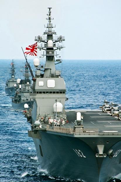 旭日旗を付けている日本海上自衛隊の駆逐艦。[中央フォト]