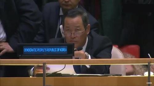 北朝鮮の金星国連大使が24日、トランプ米大統領の演説を傾聴している姿がカメラに捉えられた。[ユーチューブ キャプチャー]