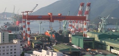慶尚南道巨済市のサムスン重工業ドックで船舶建造作業が進んでいる。[写真 サムスン重工業]
