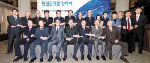 韓日葛藤の解決方法を模索するための韓日共同セミナーが25日、韓国プレスセンターで開かれた。前列左側から柳明桓(ユ・ミョンファン)元外交部長官、崔相龍(チェ・サンヨン)元駐日大使、李洪九(イ・ホング)元首相、洪錫ヒョン(ホン・ソクヒョン)韓半島平和作り理事長、長嶺安政・駐韓日本大使、韓昇洲(ハン・スンジュ)峨山(アサン)政策研究院理事長、小倉和夫・元駐韓日本大使、後列右側から尹炳世(ユン・ビョンセ)元外交部長官、李元徳(イ・ウォンドク)国民大教授、添谷芳秀・慶応大教授、金辰明(キム・ジンミョン)小説家、金世淵(キム・セヨン)自由韓国党議員、深川由起子・早稲田大教授、申ガク秀(シン・ガクス)元駐日大使、小此木政夫・慶応大名誉教授、李相洙(イ・サンス)元労働部長官、金鍾民(キム・ジョンミン)元文化観光部長官、木宮正史・東京大教授、李富栄(イ・ブヨン)東アジア平和会議運営委員長、金炯基(キム・ヒョンギ)元統一部次官、金星坤(キム・ソンゴン)元国会事務総長。イム・ヒョンドン記者