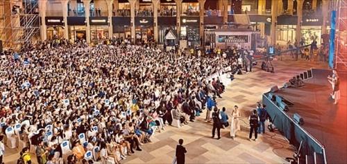 26日、中国のヘルスケアおよび美容製品製造・流通会社である「顔如玉生物科技有限公司」所属の3000人が参加する褒賞観光団の大型企業行事が仁川永宗島パラダイスシティで開かれた。顔如玉褒賞観光団は韓限令措置以降、定期航空便を利用して同じ日に入国した中国団体観光客の中で最大規模だ。[写真 パラダイスシティ提供]
