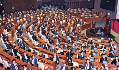 26日、チョ・グク法務部長官が任命後初となる国会対政府質問に出席して新任国務委員の資格で挨拶を述べている間、自由韓国党議員が椅子を反対にしてチョ長官に背を向ける形で座っている。